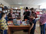 В Погромской сельской библиотеке, у книжной выставки «День православной книги» была организована встреча молодежи и школьников со священником
