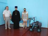 Настоятель Свято-Троицкого собора поселка Ровеньки передал помощь многодетной семье